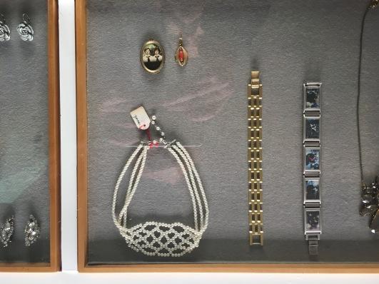 Ein Blick in die Auslage. Armbänder, Broschen und Ketten