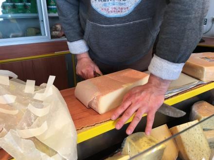 fast wie in dem Werbespot des großen Lebensmittelmarktes, Matthias schneidet den Käse fast Gramm genau.