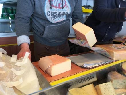 nach dem portionieren, wird der Käse für den Heimweg verpackt.