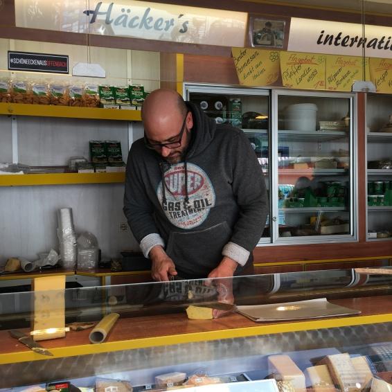 ... komm her, du sollst nicht leben wie ein Hund: Matthias schneidet für den treuen Begleiter auf 4 Beinen ein Stück Käse.