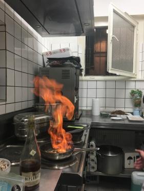 Feuer und Flamme: NikkeBerger am Herd. Auch er brennt für seine Arbeit.