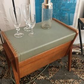 Multifunktional: ein altes Beistelltischchen/ Sitzgelegenheit/ Aufbewahrungstruhe