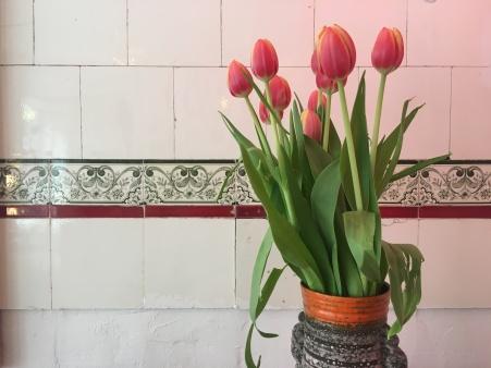 Blumen rücken den Verkaufsraum ins rechte Licht