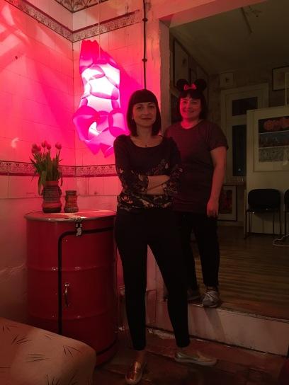 Sibel und Anny im Neonlicht