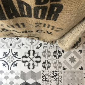 Vogelperspektive: Bodenmosaik und Kaffeesäcke