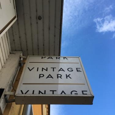 Hochgeschaut: Vintage Park / Leuchtreklame