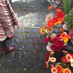 perfect match: Mode trifft auf Blumenwiese.