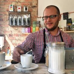Alexander serviert gekonnt einen Kaffee nach dem anderen