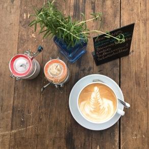 Vogelperspektive: Milchkaffe inkl. Latteart