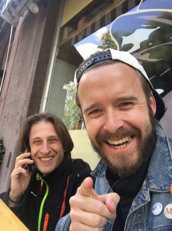 Gute Freunde!! Stelios bei der Arbeit, (eigentlich immer am Telefon) und sein Marketing Chef an seiner Seite.