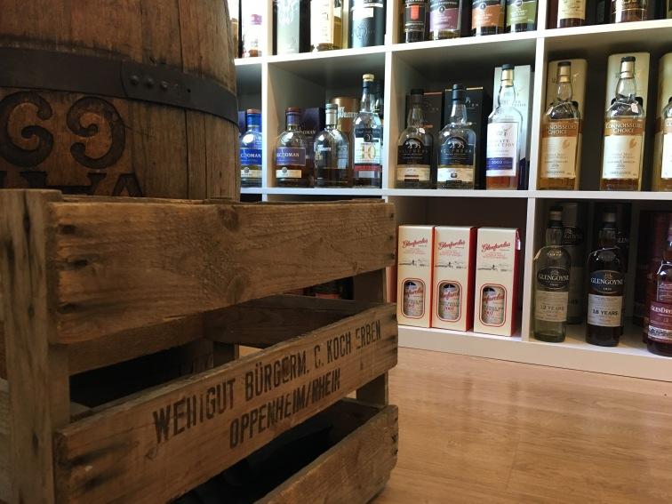 Weinkisten mit Blick auf das Whisky-Sortiment