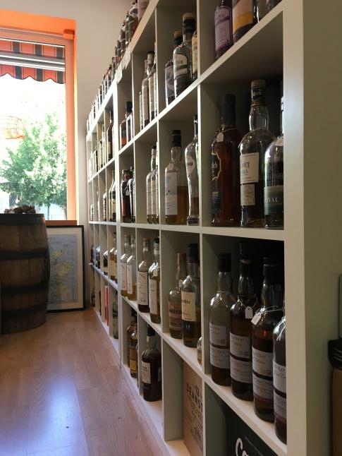 Das große Whisky Regal. Weiter über 200 verschiedene Single Malt Whiskys