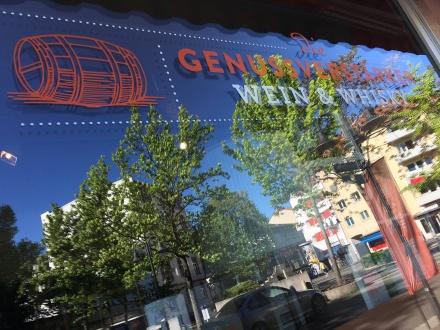Spiegelungen: der schöne Goetheplatz im Offenbacher-Nordend