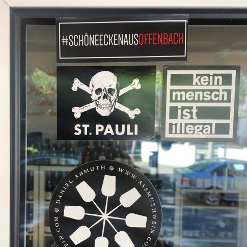 Aufkleber in guter Gesellschaft: Kein Mensch ist illegal, St. Pauli und #schöneeckenausoffenbach