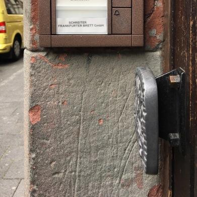 Unscheinbar, die Postadresse des Frankfurter-Brett GmbH