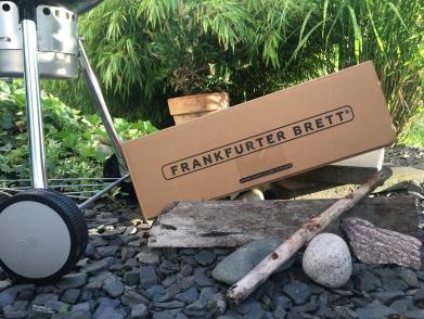 Finally arrived: Das Frankfurter Brett im Garten Arrangiert. So liegen nie im Leben Steine und Bretter in der Natur :)