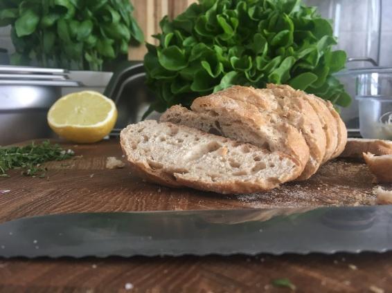 Brot schneiden auf dem Frankfurter Brett. Eines der leichtesten Aufgaben.