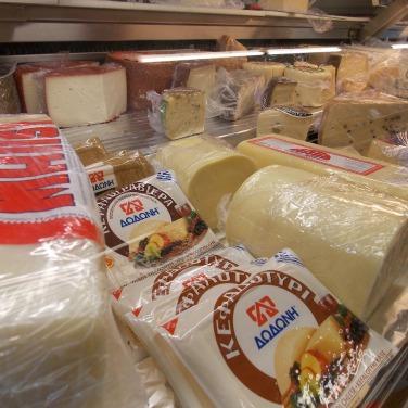 ein Blick in die Käse Theke