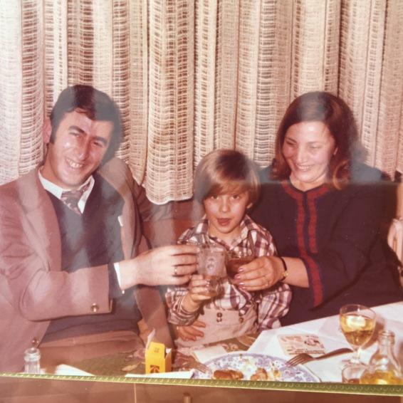 Die glückliche Familie Konstantinidis. Georgios, Stelios und Sofia. Zum Wohl! στην υγειά μας