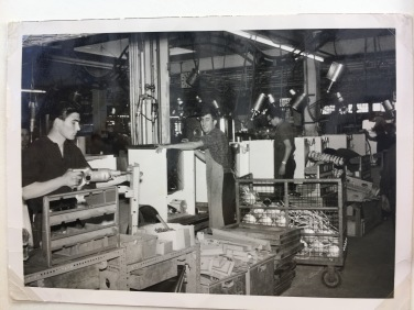 Georgios bei seiner Arbeit in der Waschmaschinenfabrik Scharpf.