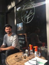 Der symphatische Cafebar Besitzer vor seinem Café.
