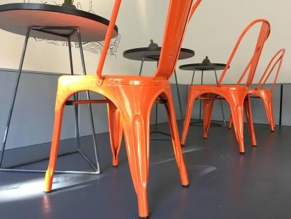 Signalfarbe. Wenn man mal nicht weiß wo man Platz nehmen soll, fallen einem diese Stühle sofort ins Auge.