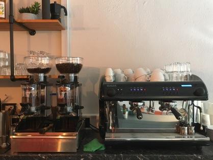 Die wuchtige Espressomaschine wartet auf ihren Einsatz.