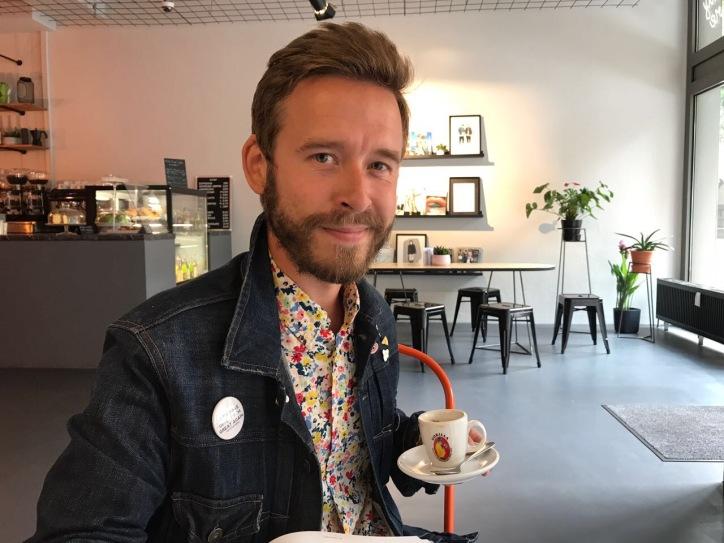 Wir nennen es Arbeit: Coffeelover NikkeBerger erledigt seinen Job!