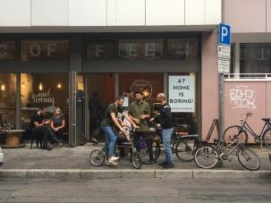 Egal ob im Café oder davor. Die OFOF CAFÈBAR ist eine Plattform für Kommunikativen Austausch.