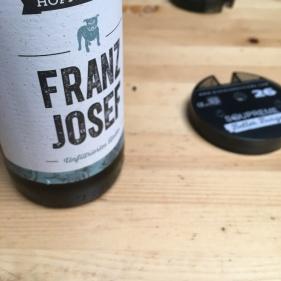 Das leckere Craft Beer aus der Hopfenmeister Brauerei. Daneben finden wir den Pager. Dieser klingelt und vibriert, sobald der Burger fertig ist.