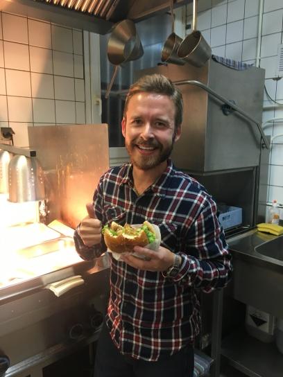Yummie!! Der Chef vom Offenbacher Stadtmagazin #schöneeckenausOffenbach, lässt es sich hinter den Kulissen schmecken. Daumen hoch! Besser gehts nicht!!!