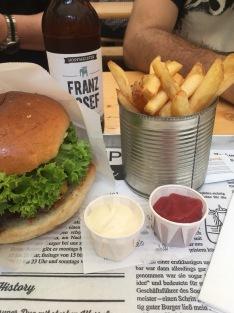 Mein Lieblings-Burgermenü. Cheeseburger mit Home Fries und einem Franz Josef Craaft Beer.