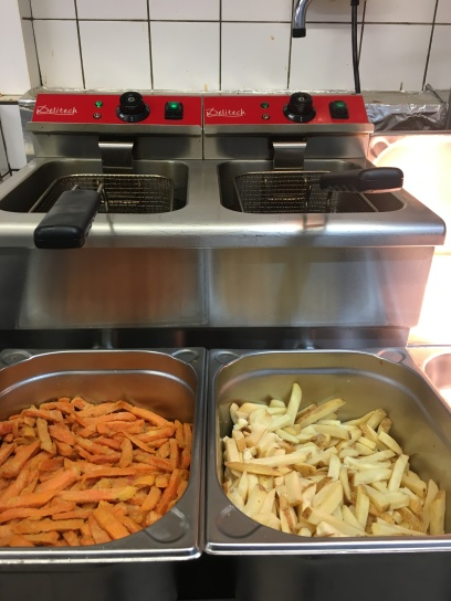 Die Pommesstation. Links: Sweet Potatofries / rechts: Home Fries