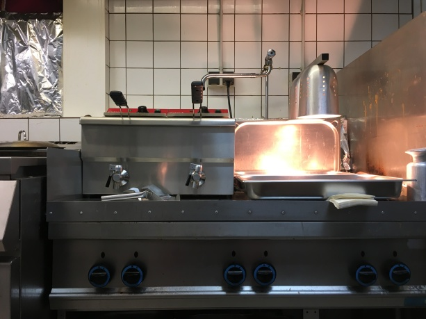 Der Herdblock wird morgens klassisch als Kochplatte für die Eintöpfe und Suppen genutzt und im Mittagsgeschäft für die Pommesstation verwendet. Ein Kombigerät.