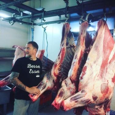 Die Qualität seiner Lebensmittel liegt Patrick besonders am Herzen. Er lässt es sich nicht nehmen, die Rinder persönlich zu selektieren.