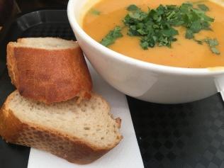 Suppen und Eintöpfe gehören im Soupreme zum Programm. Hier Süßkartoffel-Curry-Suppe.