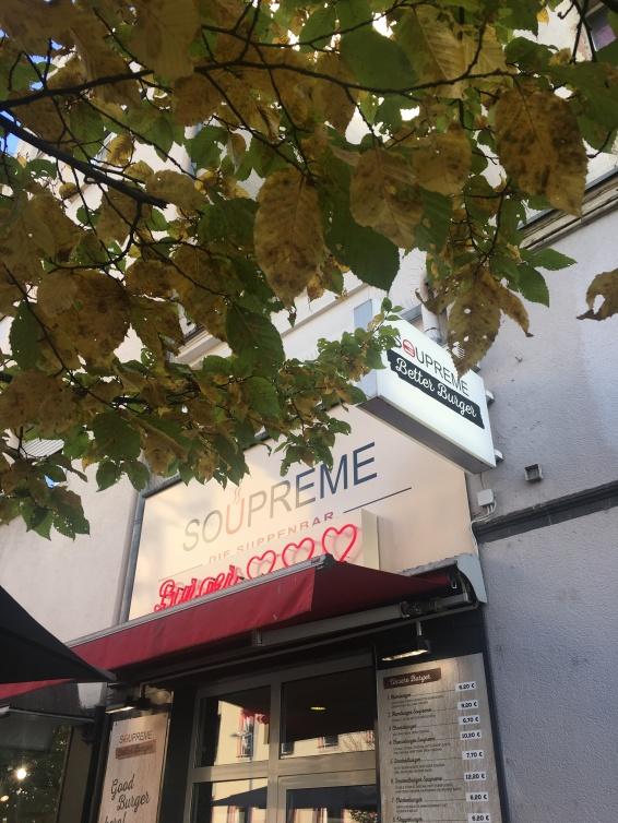 Burger mit Herz, so prangt es in Neonleuchtbuchstaben über dem Eingangsbereich. Diese Massage kann man wörtlich nehmen!