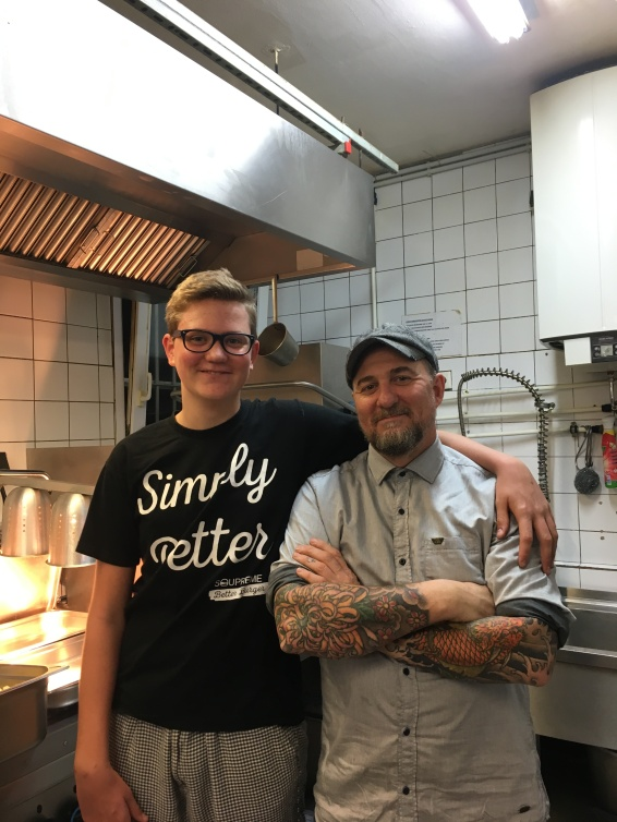 Wie der Vater so der Sohn. Anton und Patrick in der Küche.