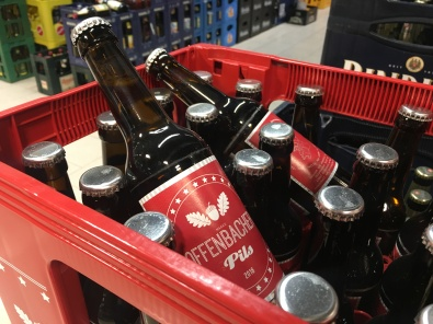 Im Supermarkt findet man das Bier seiner One-Man-Show neben den anderen Mitspielern