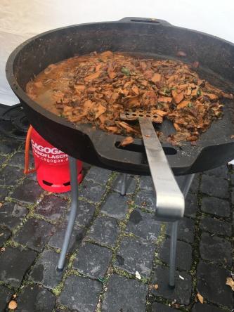 """Sehr zu empfehlen ist das Pilzragut, welches Mathias an seinem Marktstand zubereitet. Das Rezept stammt aus dem Kochbuch: """"Offenbacher Küchengeheimnisse"""""""
