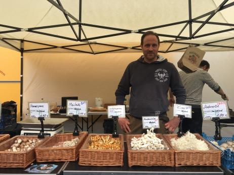 Mathias Kroll an seinem Marktstand auf dem Offenbacher Wochenmarkt.