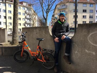 Andreas und sein mobiles E-Bike. Ein kurzer Stop am Goetheplatz.