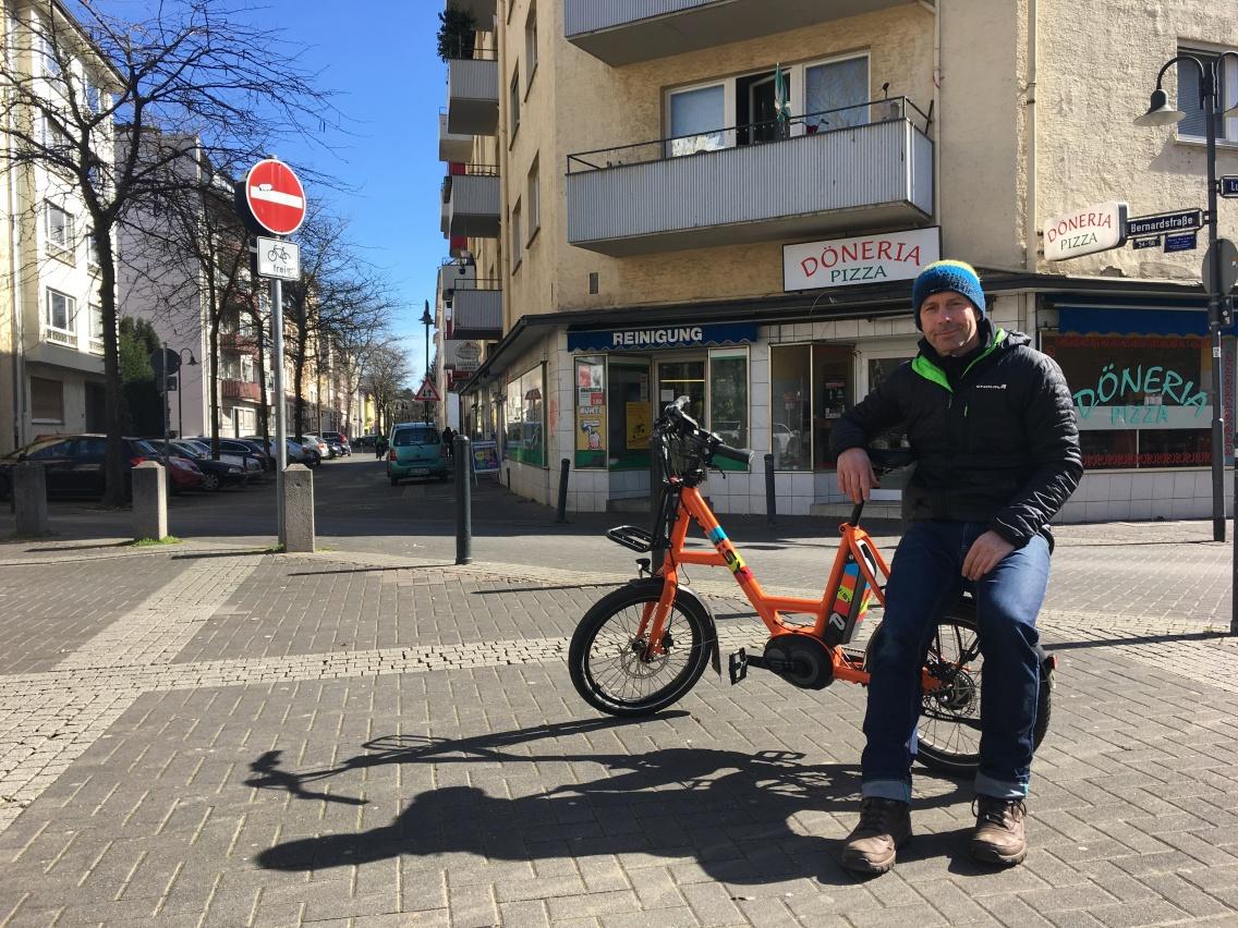 Spontanes Fotoshooting am Goetheplatz: Wo sich sonst regionale Markstände niederlassen, hat Andreas für ein schnelles Shooting Platz genommen. Er fühlt sich sehr wohl im kreativen Nordend in Offenbach.