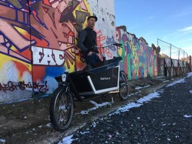 Seit dem Andreas sein erstes Auto in den Sand gesetzt hat, ist er mit dem Rad unterwegs. Seine Einkäufe erledigt er mit dem Lastenrad.