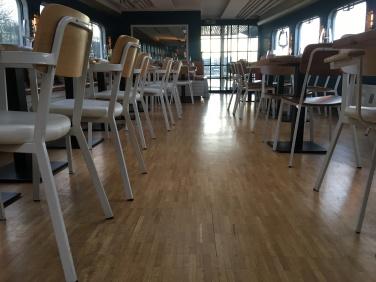 Klare Formen im Restaurantbereich.