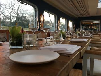 Tischlein deck dich! Die Tafel ist im Fine-Dining Stil eingedeckt.