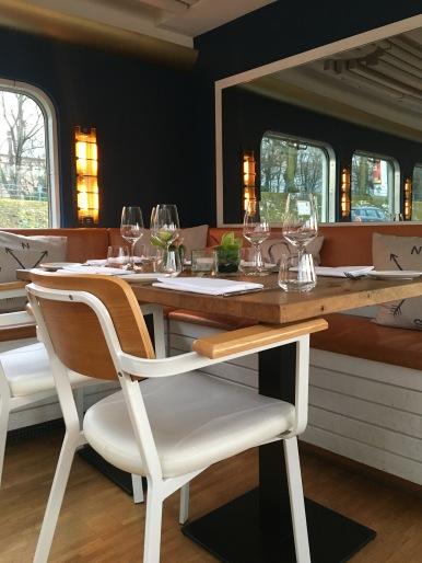 Spiegel lassen den Restaurantbereich etwas größer erscheinen!