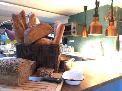 Einblicke in die offene Küche der Kombüse.