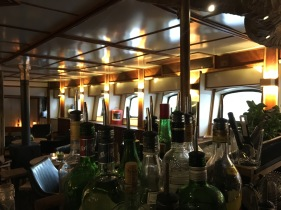 Unterdeck in der Spelunke findet man nicht nur die Buddel voll Rum!