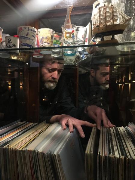 Wenn es Marco ganz dolle in den Fingern juckt, kann er sich in der Spelunke austoben und durch ein prall gefülltes Fach mit Schallplatten stöbern.